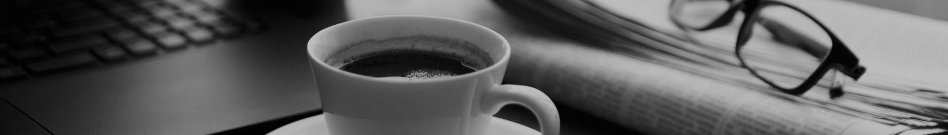 filiżanka kawy i laptop