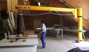 Vacuum-manipulator-being-used-to-palletize-slabs